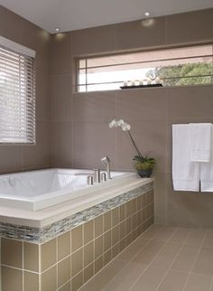 Faux-wood #blinds—perfect for bathrooms.