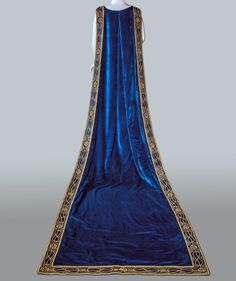 Court train belonging to Donna Franca Florio, 1925-30, made by Sartoria Ventura, at the Pitti Palace Costume Gallery. Via Pizza Digitale.