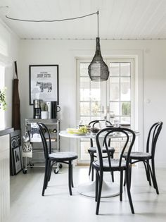 white dining room + tulip table + black bentwood chairs + leaning b/w art Ikea Dining Table, Table And Chairs, Bag Chairs, Lounge Chairs, Mesa Tulip, Küchen Design, Interior Design, Chair Design, Bentwood Chairs