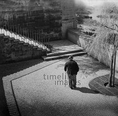 Mann an der Wittelsbacher Brücke in München, 1953 Schindler/Timeline Images #50er #50s #München #Munich #Brücke #bridge #einsam #Einsamkeit #allein #spazieren #Spaziergänger #black #white #shadow #photography #mood #Atmosphäre #Licht #Schatten #schwarz #weiß #Fotografie #historisch #historical #traditional #traditionell #retro #nostalgic #Nostalgie