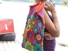 Du hast Lust auf Sommer? Kein Problem: Mit dieser farbig, frischen Blütentasche kommt der Sommer von ganz allein ins Haus. Der Garnhersteller Schachenmayr hat Dir hierfür  die passende Häkelanleitung mitgebracht.