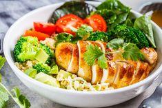 Si has decidido comenzar un régimen alimenticio saludable hazlo cuanto antes, no te pongas a meditarlos y tampoco pienses en los sacrificios que conlleva iniciar una dieta; mas bien debes mentalizarte en todos los beneficios que esta acarreara. Es difícil adelgazar si lo haces con un convencimiento bajo y mas si te falta motivación, así … Cobb Salad, Broccoli, Food And Drink, Healthy Recipes, Healthy Food, Chicken, Meat, Vegetables, Ethnic Recipes