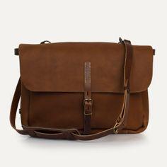 Sac postier Joris, Pain brûlé - Postman bag Joris, Pain brûlé. Bleu de Chauffe. #menbags #leatherbag #madeinfrance