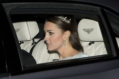 The Duchess of Cambridge, Kate Middleton, wears a priceless diamond tiara at glittering Buckingham Palace reception. The tiara is believed to have been loaned to her by the Queen, and had belonged to Princess Margaret. Lovers Knot Tiara, Kate Middleton Pictures, Diamond Chandelier Earrings, Mother Pictures, Flower Tiara, Diamond Tiara, Royal Jewels, Buckingham Palace, Princess Diana