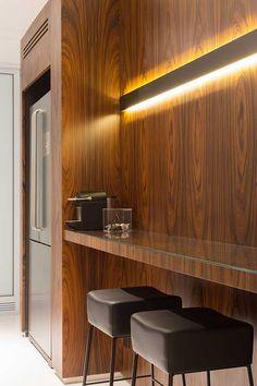 Decoração de apartamento prático. Na cozinha, revestimento de madeira, banquetas, iluminação de LED.    #decoracao #decor #details #casadevalentina