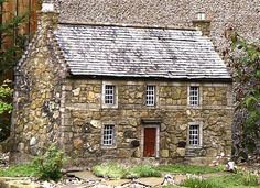 miniature house looks like PA or Delaware stone houses you see in both states (RM) Miniature Rooms, Miniature Houses, Mini Doll House, Tiny World, Victorian Dollhouse, Miniture Things, Fairy Houses, Little Houses, Dollhouse Furniture