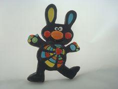 Lapin noir en céramique émaillée avec taches multicolores multicolores, à la manière d'une mosaïque : Décorations murales par crisland