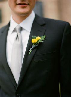 J'aime l'association craspedia avec succulente ou olivier pour les boutonnières