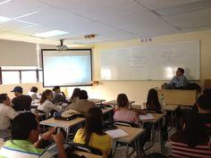 Juan Pablo Figueroa impartiendo el taller de mercadeo móvil a los alumnos de la maestría en mercadeo de la Universidad Galileo