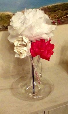 """Bouquet tout en récup : Une carafe à vin """"abandonnée"""", serviettes en papier et pour les tiges, pages de magazines. Enfin  un brin de ruban adhésif et un de ficelle."""