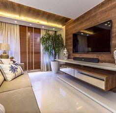 Painel de TV em madeira em bangalô de praia #living #homedecor #interiordesign…