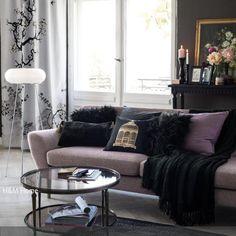 Der romantische Neobarock-Stil in diesem Wohnzimmer besticht durch die Kombination aus Altosa und Schwarz. Vor allem die schwarze Wand ist gewagt und dramatisch,…