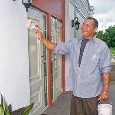 Un testigo de Jehová pintando un Salón del Reino en Puerto Rico