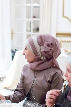 Fancy mother of the bride tulip hijab style.  Instagram: hijabsbyhanan