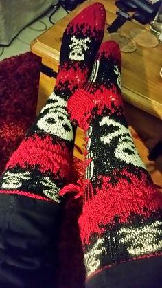 Ravelry: Pääkallot liekeissä pattern by Satumaisia silmukoita Crochet Geek, Crochet Socks, Knitting Socks, Hand Knitting, Knit Crochet, Beginner Crochet, Easy Crochet, Knitting Patterns, Crochet Patterns