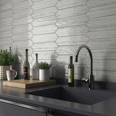 Gray Kitchen Backsplash, Glass Tile Backsplash, Subway Tile Kitchen, Scandinavian Kitchen Backsplash, Kitchen Backsplash Inspiration, Backsplash Ideas, Modern Kitchen Tiles, Kitchen Inspiration, Grey Kitchen Designs