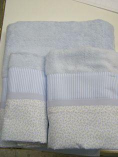 Juego de 3 toallas coordinadas con telas de diferentes estampados. Toallas disponibles en rosa, blanco, fucsia, celeste, azulón, etc y coordinadas con telas en los colores de las toallas. Posibilidad de personalizar con el nombre bordado.