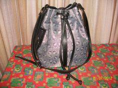 Bolso Marinero Kitty. Combinación gris/negro. Bolsillos laterales con cierre. Bolsillo interno.