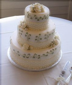 Beautiful Belleek inspired wedding cake