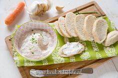 Deze kruidige yoghurt spread met wortel, bieslook en knoflook is een slank alternatief voor kruidenroomkaas. Heerlijk bij de borrel op een stokbroodje!