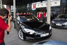 Electric cars are running rampant in Norway. Even pricey options from American automaker Tesla are becoming commonplace on the streets of Os. Tesla Model S Black, Tesla Car Models, X Car, Electric Cars, Norway, American, Vehicles, Delivery