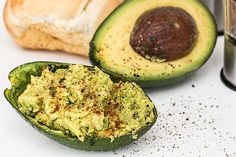 Nutrition facts about Avocado: Great for weight loss. Healthy fatty-acids, which your body instantly trasforms into energy. Avocado speeds up metabolism Dinner Recipes For Kids, Healthy Dinner Recipes, Kids Meals, Salmon Y Aguacate, Candida Diet Recipes, Avocado Health Benefits, Keto Avocado, Avocado Salad, High Fiber Foods