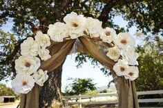 arche décorée de jute et de grappes de fleurs blanches