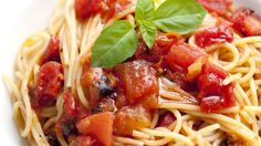 Spaghetti with Tomatoes and Garlic-Basil Oil Bring the restaurant home! Grab some wine and enjoy this spaghetti with tomatoes and a delicious garlic-basil oil. Pasta Recipes, Cooking Recipes, Spaghetti Recipes, Detox Recipes, Pasta Meals, Cooking Ideas, Best Easy Dinner Recipes, Simple Recipes, Quick Recipes