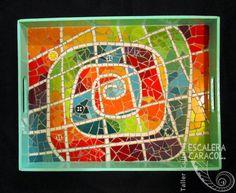 Bandeja realizada por Inés Lutz. http://tallerescaleracaracol.com/artes-del-fuego/mosaico/mosaico-libre-para-principiantes/