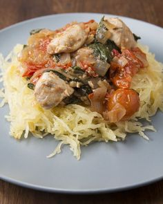 Lemon Chicken over Spaghetti Squash. You make you own fresh little tomato sauce with oniin, cherry tomatoes and garlic. Throw on the cooked chicken, lemon and spinach at the end and serve over spaghetti squash. Yum for simple and healthy! Lemon Spaghetti, Courge Spaghetti, Chicken Spaghetti Squash, Spaghetti Squash Recipes, Squash Pasta, Spaghetti Sauce, Shrimp Spaghetti, Squash Noodles, Lemon Pasta