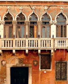 rusty walls with arched windows Wonderful Places, Beautiful Places, Places In Italy, Venice Painting, Stairways, Sicily, Italy Travel, The Good Place, Facade