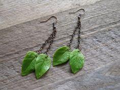 Green leaf earrings Leaf jewelry Dangle earrings por MetallyFlower