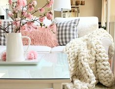 Trendy chunky throw blankets DIY tutorials! Learn how to arm knit these fun blankets with easy instructions! Soft, warm and thick DIY blankets!