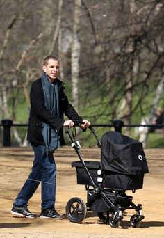 04 ABRIL 2013     Andrea Casiraghi de paseo con su hijo Sacha por Hyde Park