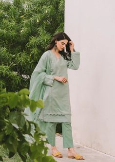 Stylish Dresses For Girls, Stylish Dress Designs, Designs For Dresses, Simple Dresses, Casual Dresses, Casual Wear, Beautiful Dresses, Simple Pakistani Dresses, Pakistani Fashion Casual