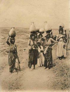 نساء وماء، الناصرة، فلسطين نهاية ١٩٠٠ Women and Water, Nazareth, Palestine end of 1900 Mujeres y Agua, Nazaret, Palestina finales de 1900