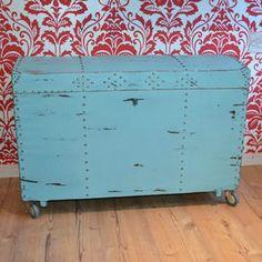 Shabby Chic Möbel selber machen mit  Annie Sloan Chalk Paint. Für alle Do-It-Youself Begeisterten hat Annie Sloan eine Kreidefarbe entwickelt, die jedes gebrauchte Möbelstück in ein wahres Schmuckstück verwandelt. Dank der einfachen Verarbeitung der Möbelfarbe, die keine lästigen Vorarbeiten wie z.B. Schleifem erfordert, können auf einfache und günstige Weise schöne Shabby Chic Vintage Möbel entstehen.