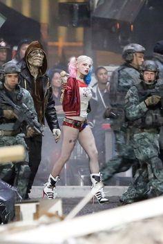 Margot Robbie Is Delightfully Frightening as Harley Quinn on 'Suicide Squad' Set Marvel Dc, Kings & Queens, Joker Und Harley Quinn, Nananana Batman, Cinema Tv, Deadshot, Dc Memes, Cosplay, Margot Robbie