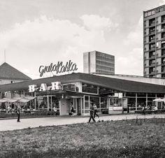 """""""Gruba Kaśka"""" powstała w 1967r. jako bar samoobsługowy według projektu Jana Bogusławskiego i Bohdana Gniewiewskiego. Swoją nazwę zapożyczyła od znajdującego się na przeciwko, między torowiskami tramwajowymi studni-wodozbioru. fot. 1969r., Grażyna Rutowska, źr. nowawarszawa.pl Best Diner, Ppr, Neon Colors, Vintage Photos, Poland, Illusions, Arsenal, City Photo, Nostalgia"""