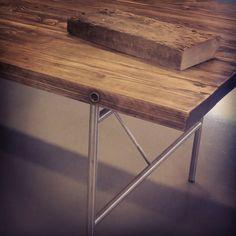 Det føles så godt. Å lage en deilig, myk og glatt bordplate av gamle låvegulv. Her er en 153 år gammel bit, før og etter behandling. #gjenbruksmaterialer #påbestilling #allemål #håndlagetavoss #barefordeg #bærekraftig #kortreist www.drivved.no