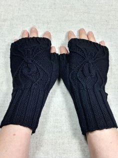 Diese fingerlosen Handschuhe sind für Gothics, Grufties und andere dunkle Seelen genau das Richtige. Die eingestrickte Spinne kommt plastisch gut