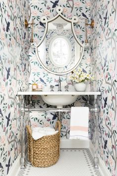 Caitlin Wilson Soft Blue Chinoiserie Wallpaper by Caitlin Wilson Wallpaper white wallpaper with floral print in a bathroom, powder room with white wallpaper with flower design, Beautiful Interiors, Colorful Interiors, Home Luxury, Luxury Bathtub, Chinoiserie Wallpaper, Inviting Home, Bathroom Wallpaper, Powder Room Wallpaper, Wall Paper Bathroom