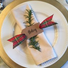 Personalized napkin rings for a Christmas table setting Christmas Table Settings, Christmas Table Decorations, Holiday Tables, Napkin Rings Diy Christmas, Christmas Ideas, Rustic Napkin Rings, Dyi Decorations, Brunch Table Setting, Personalized Napkins