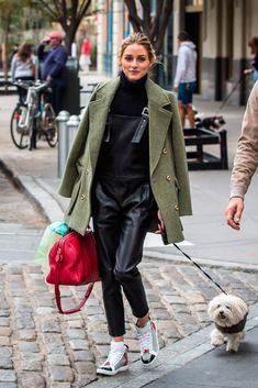 Nos encanta su estilo más casual, con peto en cuero y chaquetón estilo militar. ¿Su secreto? Un bolso rojo. Foto, Gtres Online