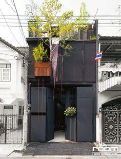 """""""อีกด้านของบ้านเป็นประตูทึบ คนเขาจะบอกว่าเราเหมือนกับโรงสีข้าวรับซื้อข้าวเปลือก แต่พอเราใส่ดอกไม้ที่ประตู ภาพดอกไม้จะเด่นสดใสกว่าปกติ ทำให้เพื่อนบ้านเขาอยากคุยกับเราเรื่องดอกไม้นี่แหละ"""""""