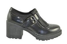 Zapatos Mocasines Con Detalle De Flecos Y Adorno De Hebilla Grande Metálica Lateral Con Tacones Cuadrados De Goma De 7cm. De Altura Y 1.5cm. De Mini Plataforma Delantera De La Marca XTI.