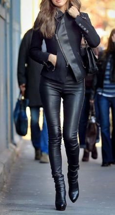 Wear a Black Leather Jacket can make a women look more sexy. Because you are able to wear the jackets on all kinds of outfits you prefer and still look edgy. Fashion Mode, Girl Fashion, Fashion Outfits, Womens Fashion, Fashion Trends, Luxury Fashion, Fashion Clothes, Style Fashion, Fashionista Trends