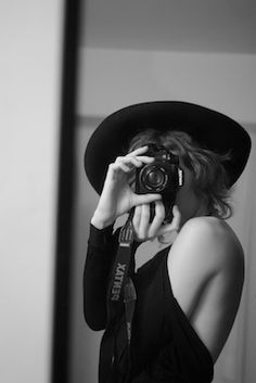 Stylish retro selfie - no duck face added (-; Self Portrait Photography, Love Photography, Black And White Photography, Fashion Photography, Photographer Self Portrait, Girls With Cameras, Female Photographers, Vintage Cameras, Black White Photos