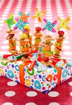 Poffertjesspiezen van poffertjes met fruit. Makkelijk, gezond, gauw klaar en goed te vervoeren ;)