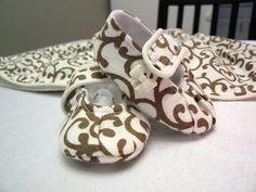 @Alyssa Myers, cute cute little baby shoes....pattern included!